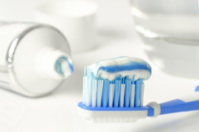 blau weiße zahnpasta